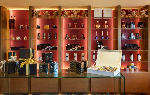 Γλυκά και χρώματα στο ανανεωμένο GB Corner Gifts & Flavors