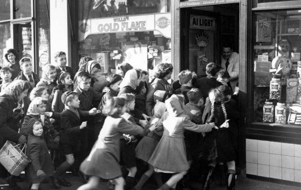 Από τα μνημόνια στις ουρές της Black Friday: Ξύλο που θέλουμε…