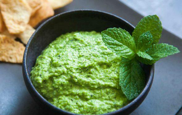 Ένα καταπράσινο χούμους απο αρακά για τη Σαρακοστή