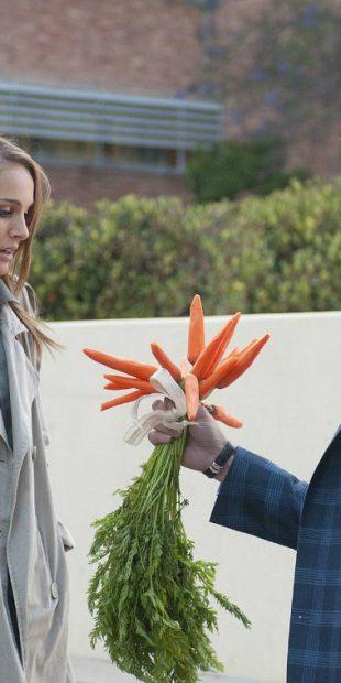 natalie-portman-carrots-ashton-kutcher-no-strings-attached-stills