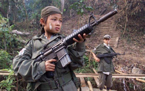 Πότε μπορεί ένας στρατιώτης να πυροβολήσει έναν ανήλικο που τον σημαδεύει με όπλο;