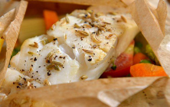 Μπακαλιάρος στη λαδόκολλα με λαχανικά, από τον Βασίλη Τζίμα