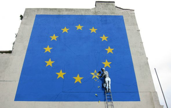 Ο Banksy σβήνει το αστέρι της Βρετανίας από τη σημαία της ΕΕ