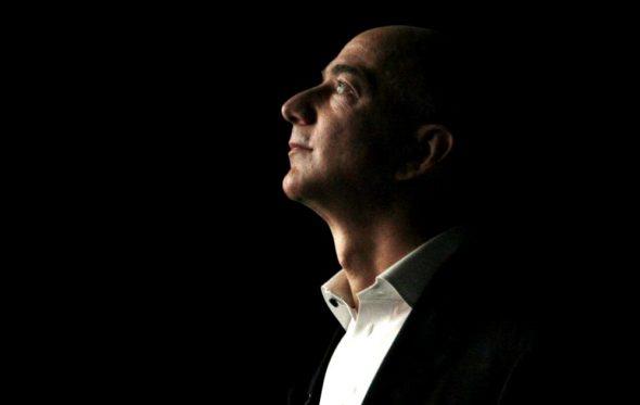 Ποιος είναι ο Jeff Bezos που έγινε ο πλουσιότερος άνθρωπος όλων των εποχών;