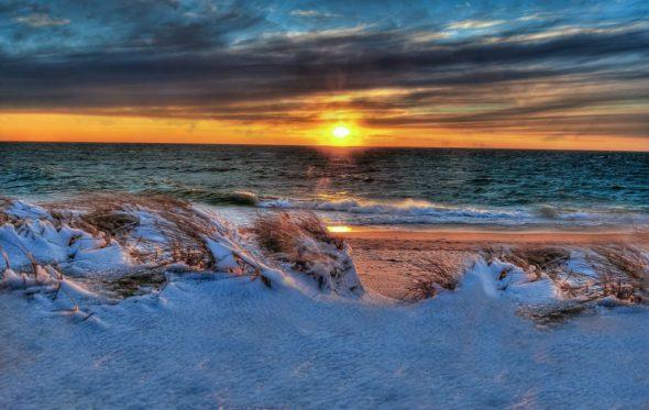 Χιόνι στην παραλία – Ένα καλοκαιρινό διήγημα από τον Πέτρο Μπιρμπίλη