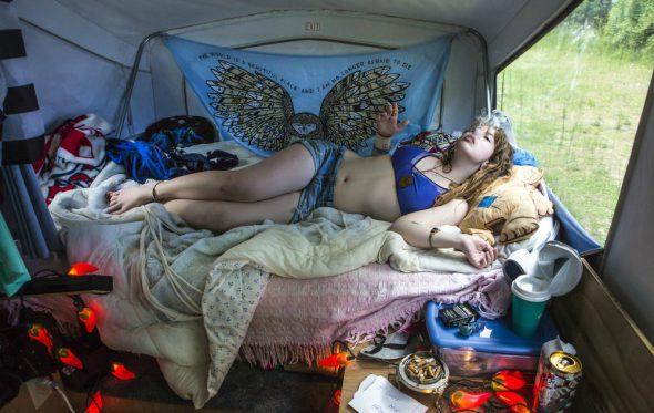 Η γυναίκα που κοιτάζει από την κλειδαρότρυπα τις κρεβατοκάμαρες της Αμερικής