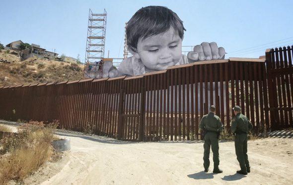 Το μικρό αγόρι του JR «γκρεμίζει» τον φράχτη στα σύνορα ΗΠΑ-Μεξικού