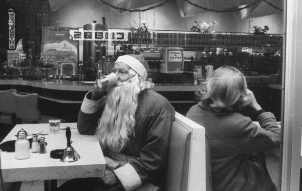 Τα Χριστούγεννα τα λέμε «γιορτή αγάπης». Είναι; Αμφιβάλλω!