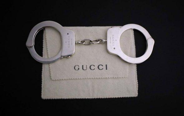 Αυτές οι χειροπέδες του οίκου Gucci πωλούνται για 65.000 δολάρια και κανείς δεν καταλαβαίνει γιατί