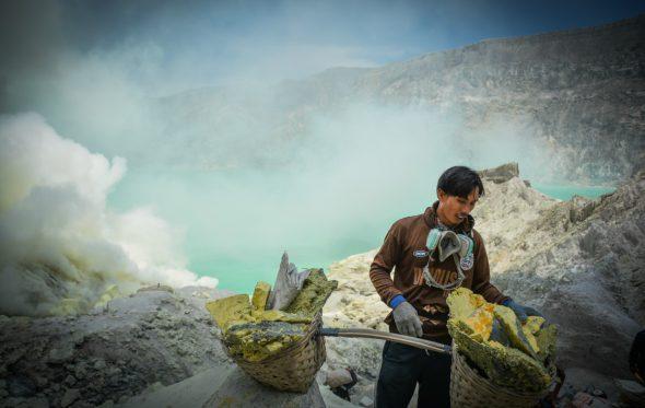 Οι αχθοφόροι του ηφαιστείου Ίτζεν