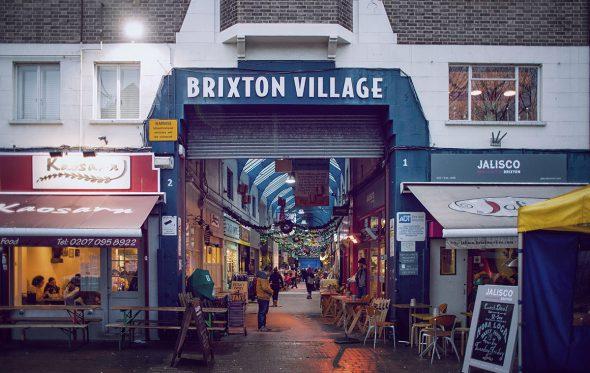 Μπρίξτον: Ο Νίκος Καρανικόλας βρέθηκε στη γειτονιά της εξέγερσης, του Bowie και των χρωμάτων