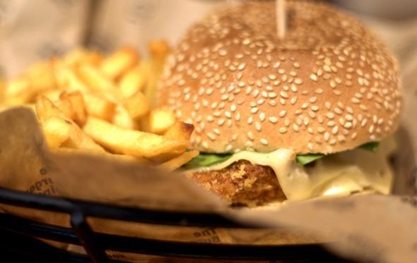 Τί κρασί πίνουμε με ένα ζουμερό burger; Οδηγίες χρήσεως