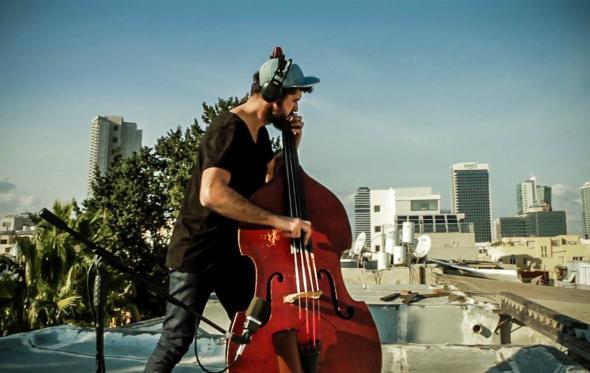 Ο Πέτρος Κλαμπάνης μετατρέπει σε μουσική τη νομαδική ζωή του