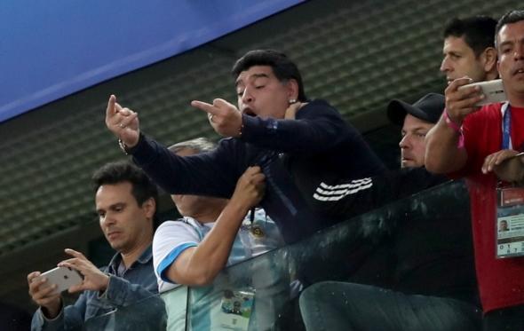 Η ατελείωτη ελεύθερη πτώση του Diego Armando Maradona