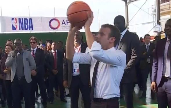 Αυτή η άβολη στιγμή που ο Εμανουέλ Μακρόν προσπαθεί να βάλει καλάθι και δεν μπορεί