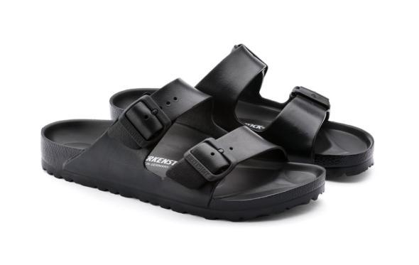 Τα μαύρα πλαστικά Birkenstock είναι ιδανικά για τις διακοπές