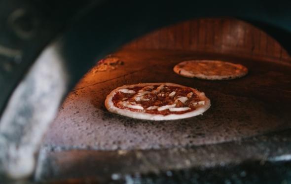 Οι πίτσες του Napolitivo κρύβουν μέσα τους τη μαεστρία της Νάπολης