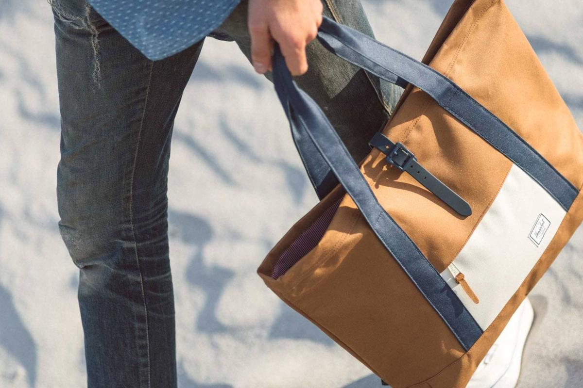 Tote Bag  η πλέον αμφιλεγόμενη στο σύμπαν της ανδρικής μόδας. (Φωτογραφία   Herschel Supply Co.) 107492a6633