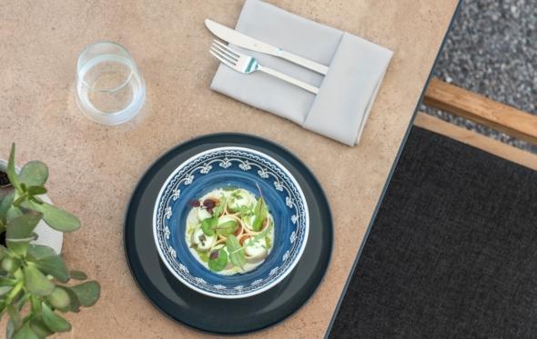 Σαλάτα ζυμαρικών με ταρτάρ από καπνιστό σολομό, από τον Αλέξανδρο Τσιοτίνη