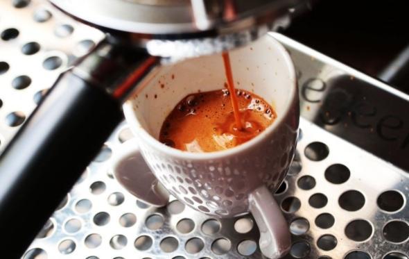 Είναι δυνατόν να βάζεις ζάχαρη (και γάλα!) στον καφέ;