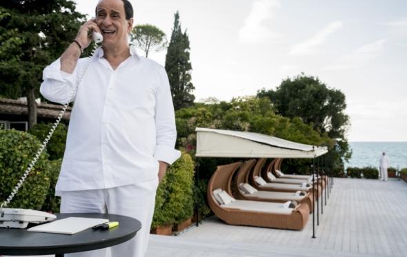 Σίλβιο Μπερλουσκόνι: Ο μεγαλύτερος μπαγάσας της Ιταλίας τώρα και σε ταινία