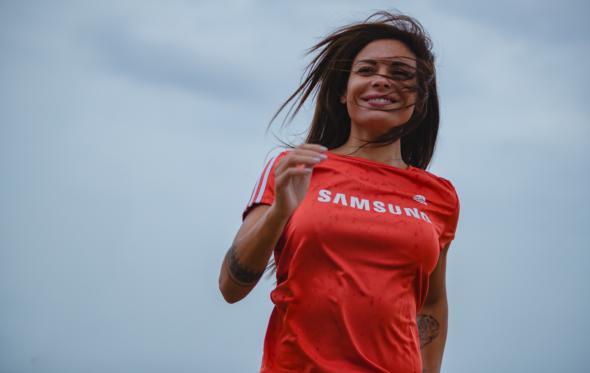Η Ειρήνη Κολιδά προβάρει το νέο μπλουζάκι του Ladies Run τρέχοντας στη βροχή