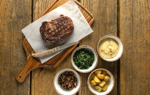 Στο εστιατόριο της Φάρμας Μπράλου: Νέος σεφ με φρυγαδέλια, αλευρόπιτες και κολασμένη κρέμα από καμμένο βούτυρο