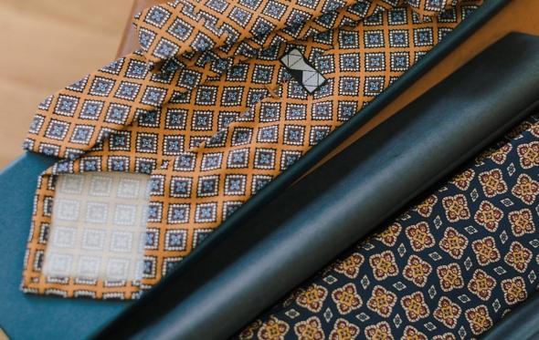 Η αυθεντική γραβάτα Madder για πρώτη φορά στην Ελλάδα από τον οίκο ΚΥΔΟΣ