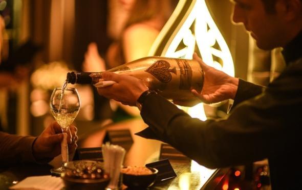 Με τη σαμπάνια Armand de Brignac στο Funky Gourmet: Το κορυφαίο μενού των εορτών