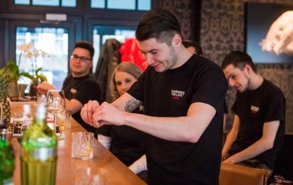 Πώς από την ανεργία μπορεί κανείς να γίνει εκλεκτός bartender