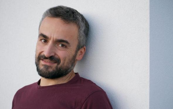 Δημήτρης Παπανικολάου: «Η αγία ελληνική οικογένεια είναι ένα τραύμα»