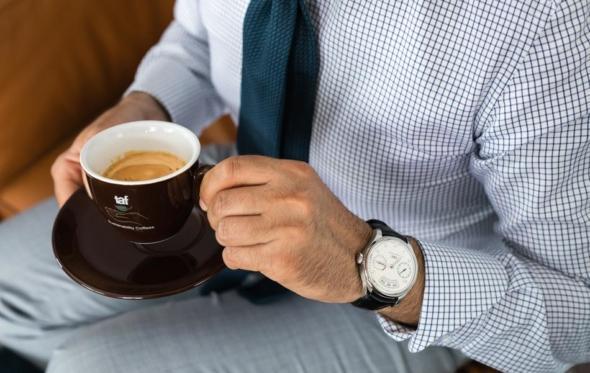 Με έναν εκλεκτό espresso Taf στα δάκτυλα και ένα διαχρονικό ρολόι IWC στον καρπό