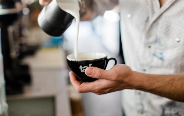 Romain Krot: ο Γάλλος bartender που δημιούργησε το «Meerkat» στο Κουκάκι