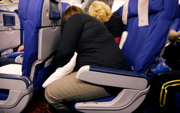 Σταματήστε να ρίχνετε το κάθισμα στο αεροπλάνο