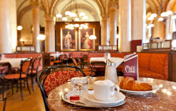 Central Cafe: Ο κρυστάλλινος κόσμος της παλιάς Βιέννης