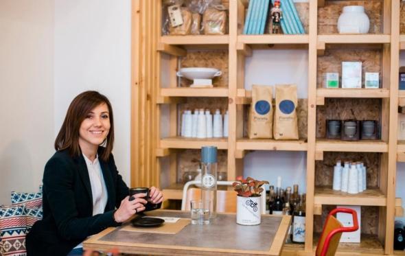Καπουτσίνο με γάλα αμυγδάλου για την Κάλλια Καμπουρίδου, τη δημιουργό του σοφιστικέ «ΙΤ» στο Κολωνάκι