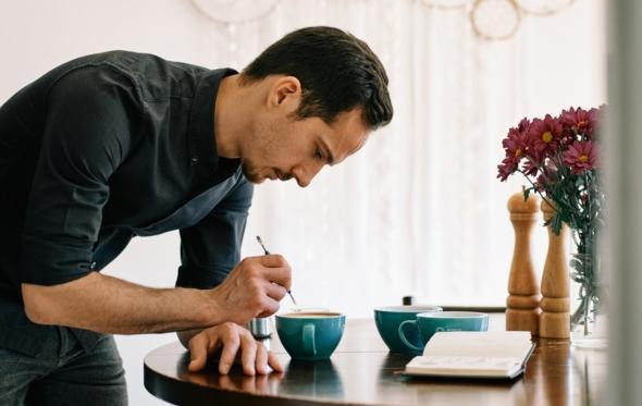 Αλέξανδρος Ντάτσος, ο έλληνας «ζωγράφος»-barista της Στοκχόλμης