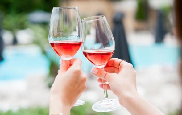 Τολμώντας στα ροζ: τα ροζέ κρασιά που αξίζει να πιεις τώρα
