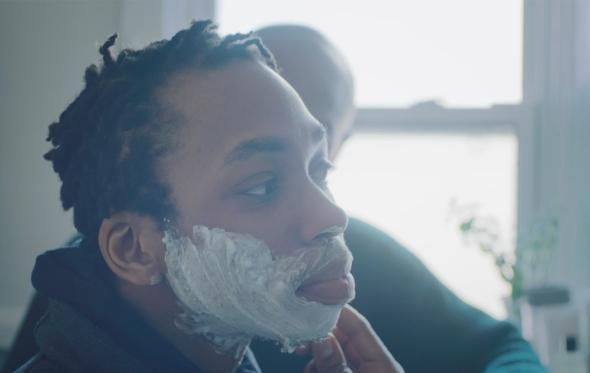 Στη νέα διαφήμιση της Gillette ένας πατέρας μαθαίνει στο τρανς παιδί του να ξυρίζεται