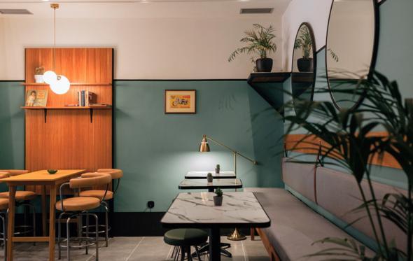 Κάρολος wine bar: το all day στέκι στη Νέα Σμύρνη με άρωμα 70's