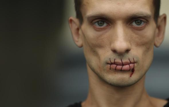 Πώς να καρφώσεις τους όρχεις σου στην Κόκκινη Πλατεία: Η επικίνδυνη τέχνη του Πιοτρ Παβλένσκι