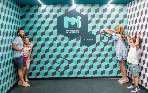 Ένας χρόνος ψευδαισθήσεις: Το ανατρεπτικό μουσείο στο κέντρο της Αθήνας το γιορτάζει