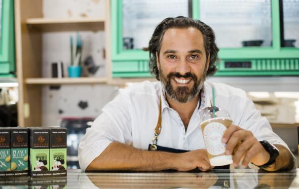 Πίνοντας εκλεκτό καφέ στo «Buddha's Hand», το νέο μαγαζί του Γιάννη Λουκάκου