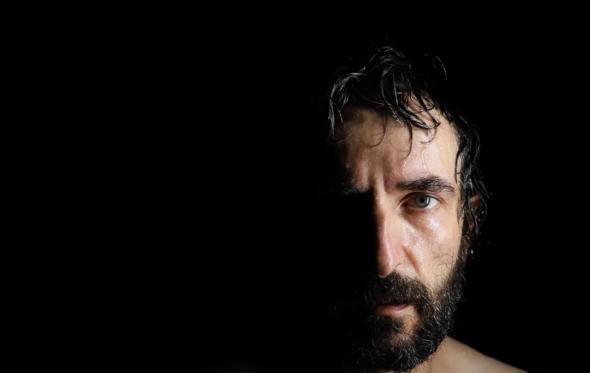 Αρης Σερβετάλης: «Έχουμε ξεχάσει την αξία του να παρατηρούμε τον εαυτό μας»