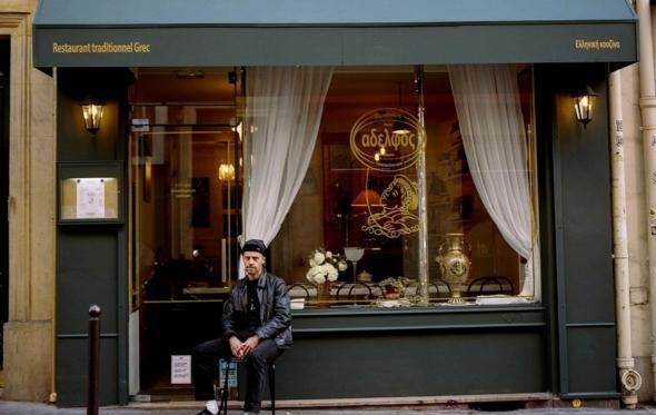 Γιουβαρλάκια στο Παρίσι: ο «Adelfos» είναι ορίτζιναλ στέκι