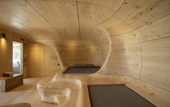 Μια ξύλινη «σπηλιά» για απόλυτη γαλήνη στα Τρίκαλα Κορινθίας