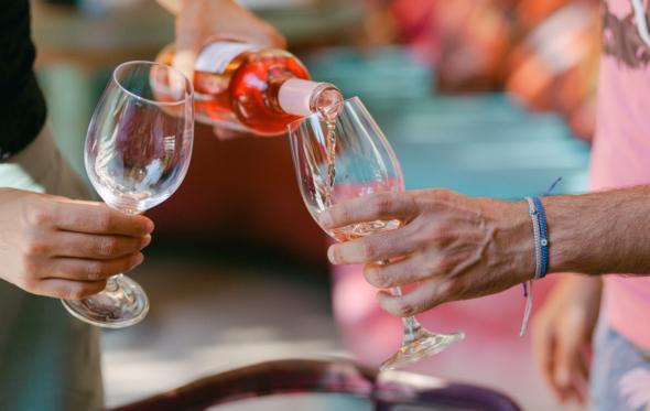 Ώρα για απεριτίφ: Μεταξύ τυριού, κρασιού και καλής παρέας