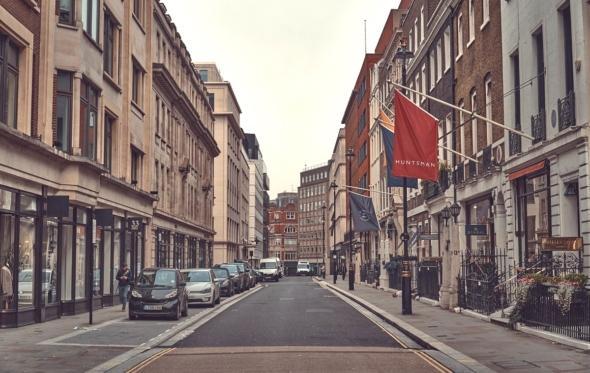 Ερημιά και στη Savile Row. Θα επιβιώσουν οι bespoke ράφτες από την πανδημία;