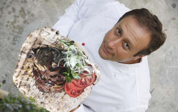 Τα τροφαντά χαρουποσουβλάκια του σεφ Γιάννη Μπαξεβάνη στο σπίτι μας