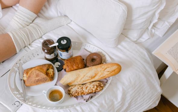 Πρωινό στο κρεβάτι: φρέσκα ψωμάκια, αρώματα βουτύρου και καφέ